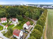 Leiligheten ligger i nærheten til Kulåsparken som både kan benyttes til turer og rekreasjon, og som blir brukt til kulturarrangementer.