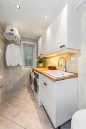 Pent, flislagt vaskerom ble pusset opp i 2012. Rommet har en lys og praktisk innredning med skuffer, overskap, heltre benkeplate og avsatt plass til vaskemaskin og tørketrommel. Det er vegghengt toalett og downlights i taket.