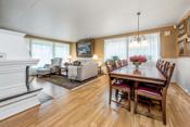 Stuen er romslig med store vindusflater som gir naturlig lys til rommet.