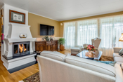 Rommet har en peis som varmer godt og gir god stemning på kalde vinterdager.