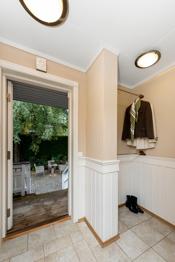 Entré har flislagt gulv og et praktisk garderobehjørne med klessoppheng i to høyder.