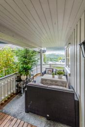 Terrasse ved uthuset/annekset som er takoverbygd.