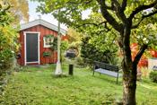 """Bod i hagen med """"verksted"""" i bakkant"""