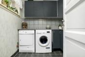 Eget separat vaskerom med vask og benkeplass