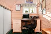 Hyggelig kontorplass med lagringsplass bak skyvedører