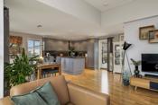 Det er åpen løsning mellom stuen og kjøkkenet i øvre etasje