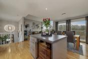 Kjøkkenøy avgrenser fint mellom stuen og kjøkkenet