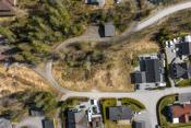 Eiendommen ligger flott plassert som endetomter i koselig boligfelt i landlinge omgivelser mellom Spydeberg og Knapstad