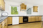 Kjøkken med hvitevarer