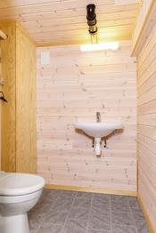 Wc-rom i kjeller med servant og vakuum toalett