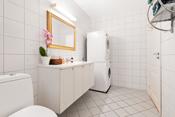 Bad med opplegg for vaskemaskin/tørketrommel.