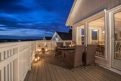Stor veranda på ca. 25 kvm. hvor man kan nyte utsikten mot sjøen og nærområdet.