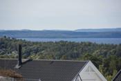 Boligen ligger høyt og fritt i terrenget med utsikt til Oslofjorden.