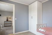 Gode og praktiske garderobeløsninger på begge soverom i underetasjen.