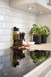 Kjøkkenet har integrerte høykvalitets hvitevarer fra Miele som induksjonstopp, komfyr, kaffemaskin og oppvaskmaskin. Frittstående kjøl/frys.