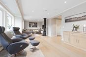 Stor og hyggelig stue med god plass til god sofakrok, tv-møbler, spisemøbler m.m.