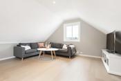 God plass til stor sofakrok, tv m.m. Vindu med nydelig utsikt til sjøen som gir fint lys inn i rommet.