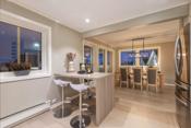 Kjøkkenet er et hyggelig samlingspunkt for matlaging kombinert med sosialt samvær.
