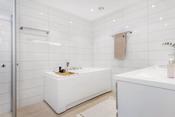 Deilig badekar med dusjmuligheter.