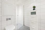 Av våtrom er det to pene bad, hvor ett har dusjnisje og det andre badekar.