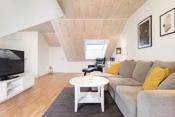 Også her er det god plass for sofagruppe med tilhørende møblement.