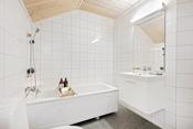 Pent flislagt bad i 2.etasje med badekar.