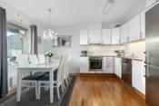 Pent kjøkken med god benke- og skapplass.