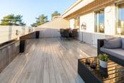 Stor vestvendt veranda på ca. 28 kvm med gode solforhold og vid utsikt utover landskapet.