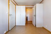 Soverom 1 har en fin størrelse, det er en bod/walk in closet innenfor dette soverommet.