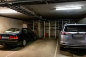 Parkeringsplass og praktisk bod i garasjekjeller.