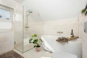 Eksklusivt baderom i 2.etasje. Marmorfliser på vegg og gulv.