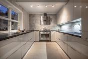 Kjøkkenet fra Schmidt er lyst og lekkert med skapinnredning i slette fronter.