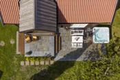 Det er oppført ny støpt markterrasse. God plass til solsenger, spiseplass m.m. Stor og deilig jacuzzi.