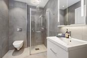 Baderom med god størrelse. Overskap med integrert LED-belysning på begge bad.