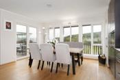 Plass til stort spisebord med plass for hele familien.