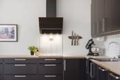 Det er godt med benke- og skapplass. Integrerte hvitevarer med oppvaskmaskin, platetopp, ovn og kjøl-/fryseskap.