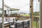 Fra stuen/kjøkkenet er det utgang til stor veranda.