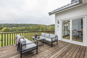 Det er søkt om og godkjent tillatelse for innglassing av terrasse, dette er valgfritt.