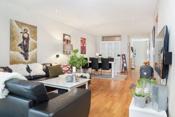 Stuen er stor og lett og møblere. Her er det god plass til både spisegruppe og salong