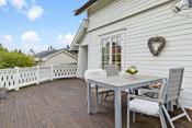 På terrassen er det benyttet Royalimpregnerte gulvbord. Deler av terrassen er takoverbygget.