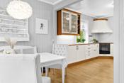 Kjøkkenet er utstyrt med integrert komfyr og platetopp. Kjøkkenventilator fra Røros Hetta.
