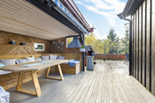 Takoverbygget uterom er oppført oppå terrassegulv med 3 vegger og tak. Det er laget benker langs med vegger.