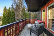 Overbygget balkong mot vest på 15 m² med tilgang via balkongdør stue.