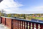Høyt og solrikt beliggende eiendom med flott utsikt over landbruksarealer og eneboliger.