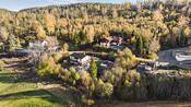 Boligen ligger i et etablert boligområde ca 4,5 km til Ytre Enebakk sentrum som har barneskole, ungdomsskole, idrettsanlegg, butikker og apotek.