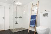 Nyere delikat bad som ble bygd opp i 2013. Her var tidligere soverom og badet er bygd opp nytt i 2013
