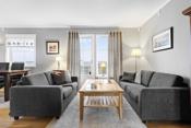 Det er også god plass til sofagruppe med tilhørende møblement.