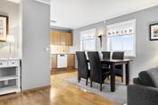 Åpen kjøkkenløsning mot stue, med god skap og benkeplass.