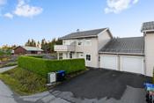 Eiendommen har en meget flott, intern beliggenhet. Høytliggende og med fine solforhold og flott utsikt østover mot Hærland.