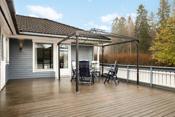 Terrassen er skjermet med hekk mot vei og er meget solrik